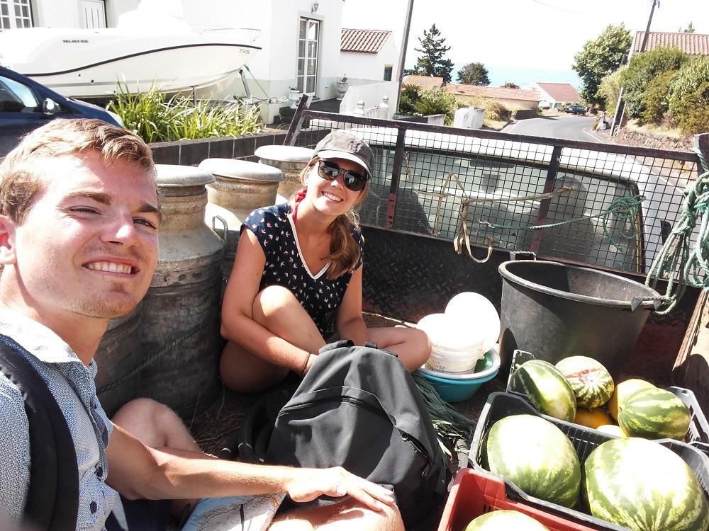 Sur la remorque d'un pick-up à Faial, au beau milieu des bidons à lait et des pastèques