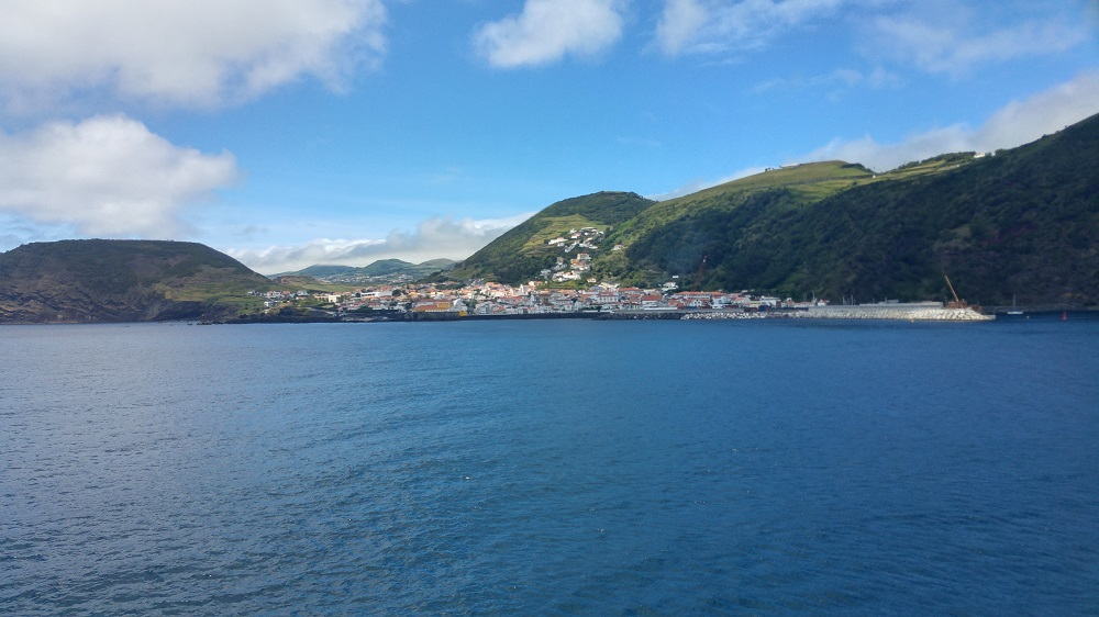 Vue sur Velas à São Jorge à bord du ferry Atlânticoline