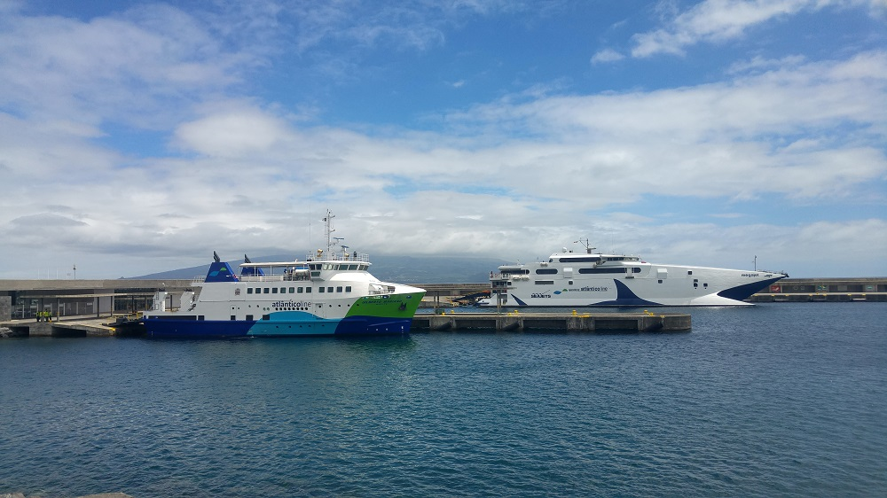 Deux bateaux Atlânticoline accostés au port d'Horta sur l'île de Faial aux Açores