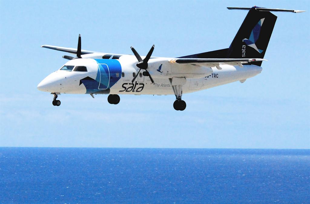 Petit avion de SATA à hélices opérant des vols inter-îles