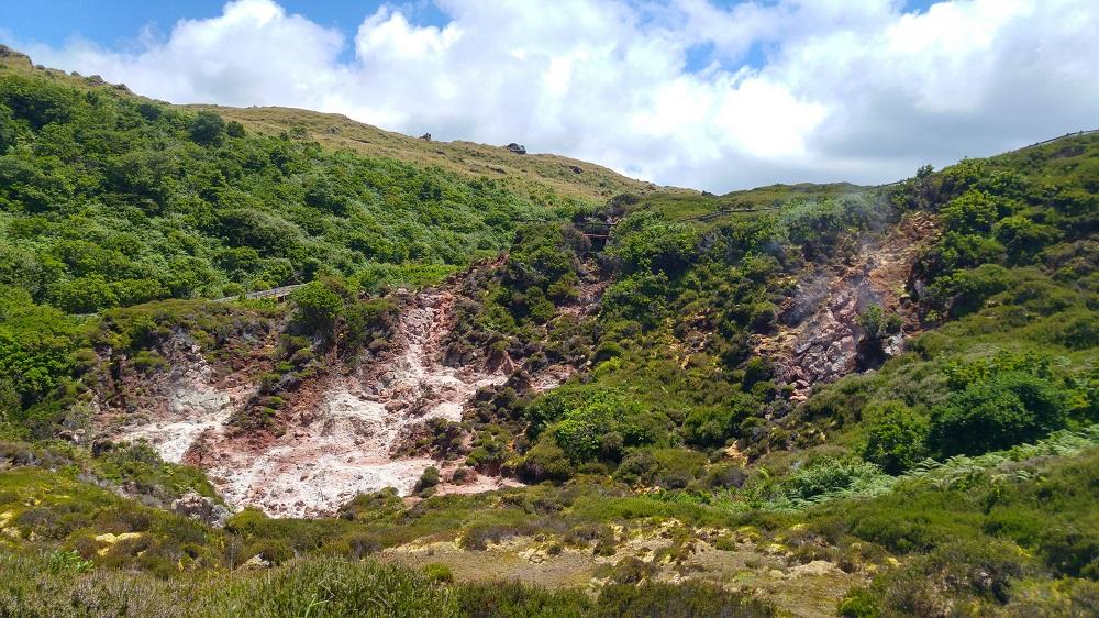 Furna do Enxofre à Terceira, avec ses fumés et ses pierres altérées par le souffre et le fer
