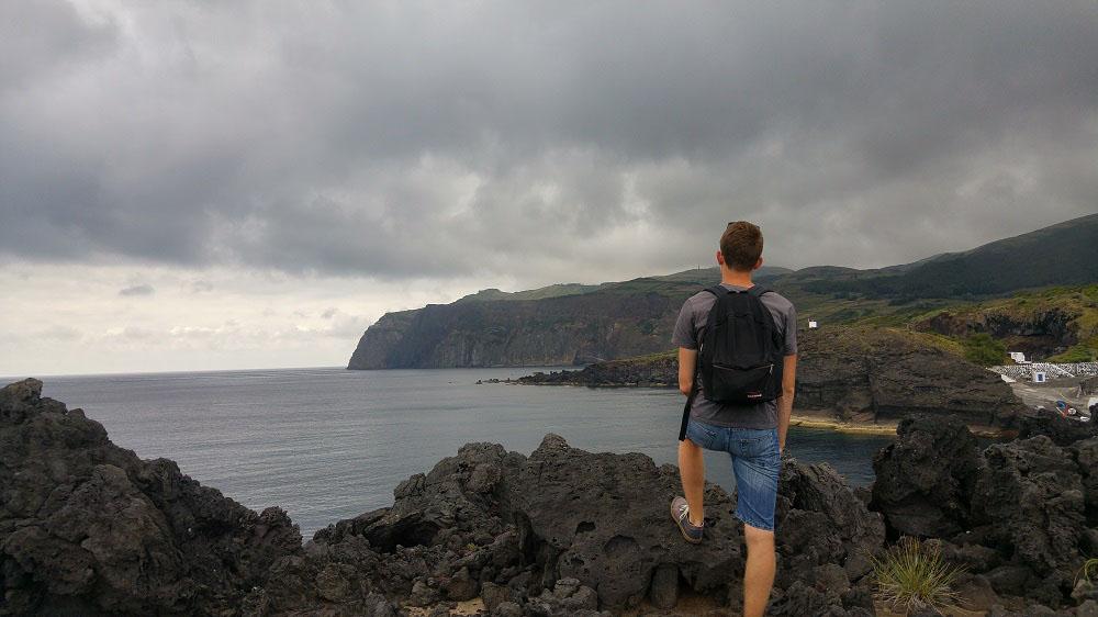 À droite, on aperçoit un bout du port de Baia da Folga.