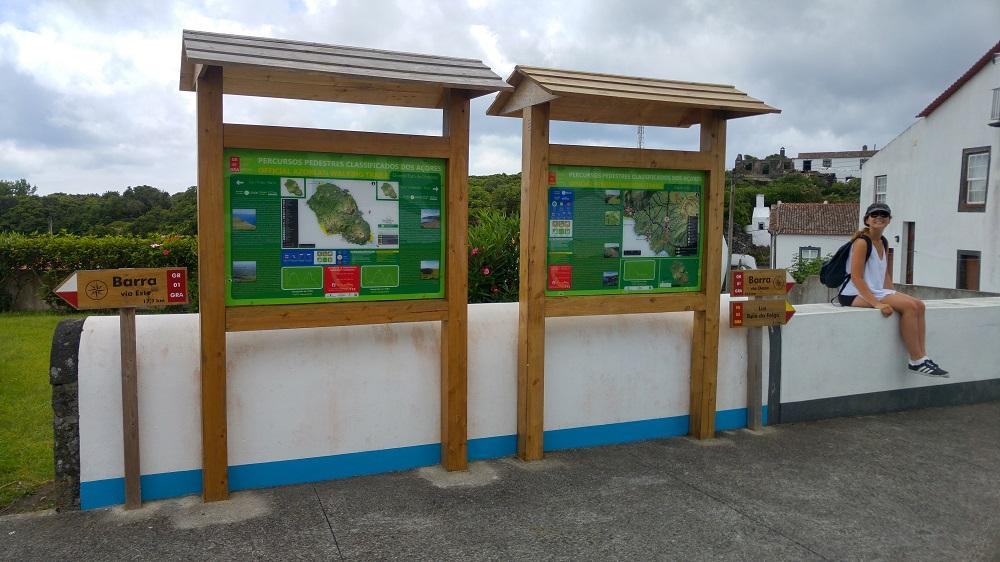 Les panneaux de randonnées officiels de l'office du tourisme des Açores. On en trouve un peu partout !