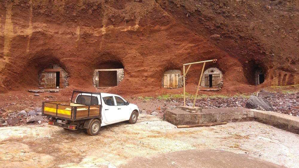 Les grottes creusées pour y loger des bateaux de pêche.