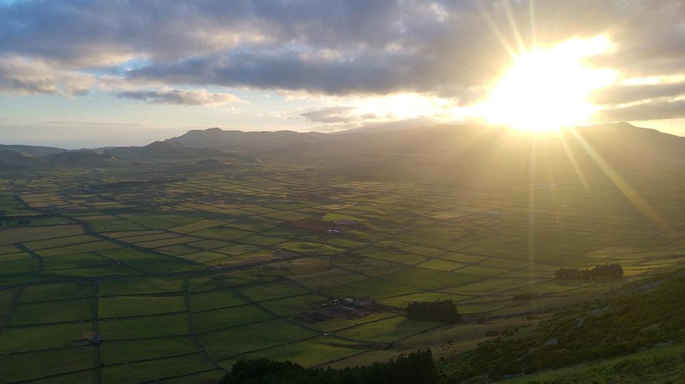 Sur les hauteurs de Serra do Cume à Terceira avec un magnifique couché de soleil