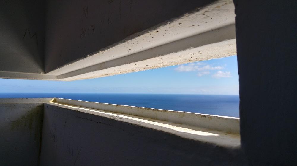 À l'intérieur de la vigie, une petite fenêtre permet de poser notre regard sur l'horizon